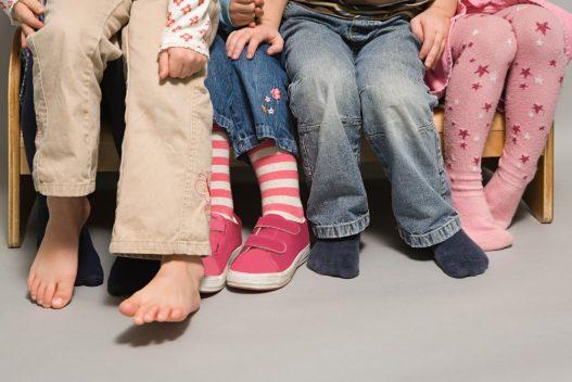 4 børn på en børnebænk